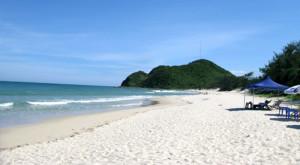 bãi cát ở khu du lịch quan lạn