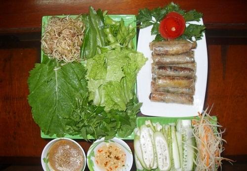Thưởng thức Ram cuốn cải trong tour du lịch Đà Nẵng