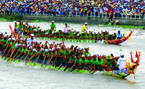 Sự cổ vũ nhiệt tình của những cổ động viên tham gia lễ hội đua thuyền