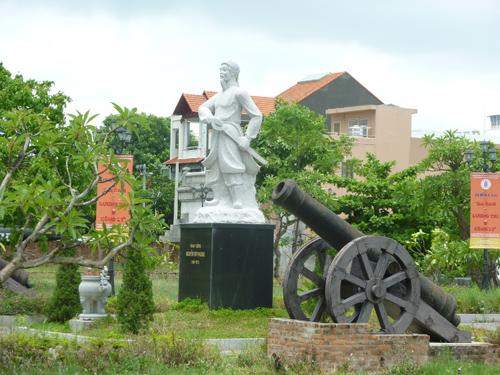 Tượng đài Nguyễn Tri Phương và súng thần công tại Thành Điện Hải