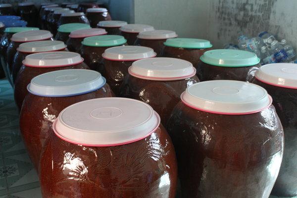 Những thùng rượu sim được ủ lên men theo quy trình đảm bảo