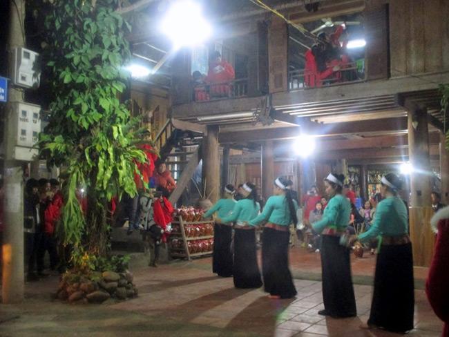 Buổi tối ở Mai Châu là khoảng thời gian thưởng thức các điệu múa truyền thống của người dân tộc Thái