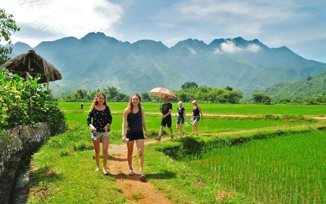 Du khách nước ngoài chọn Mai Châu là địa điểm du lịch cho mùa hè