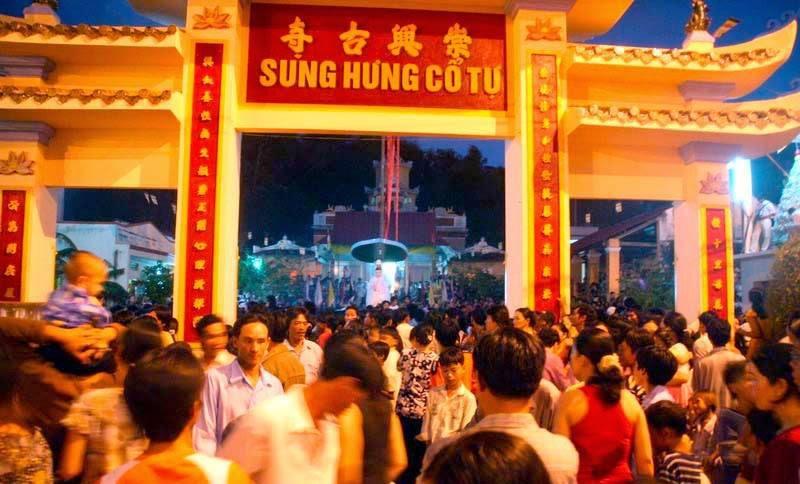 Người dân tham dự ngày lễ chùa Sung Hưng Cổ Tự