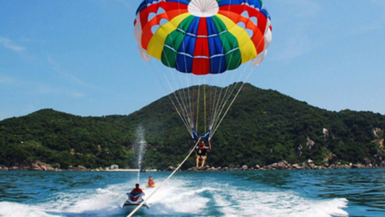 Du khách vui chơi tại biển Hải Tiến
