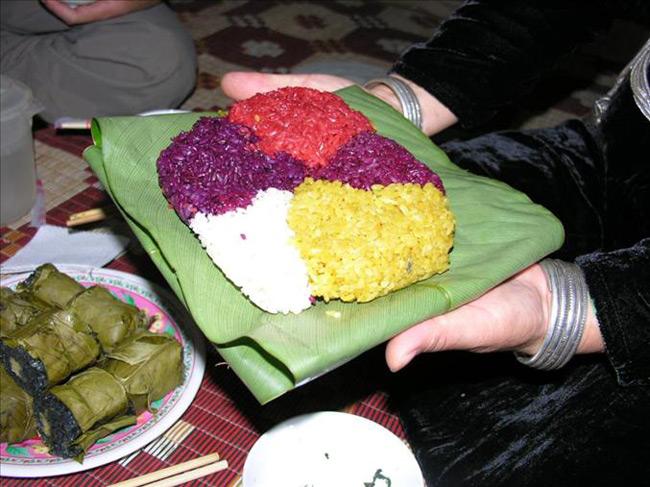 Xôi ngũ sắc là món ăn không thể thiếu trong các mâm cỗ của người dân tộc Thái