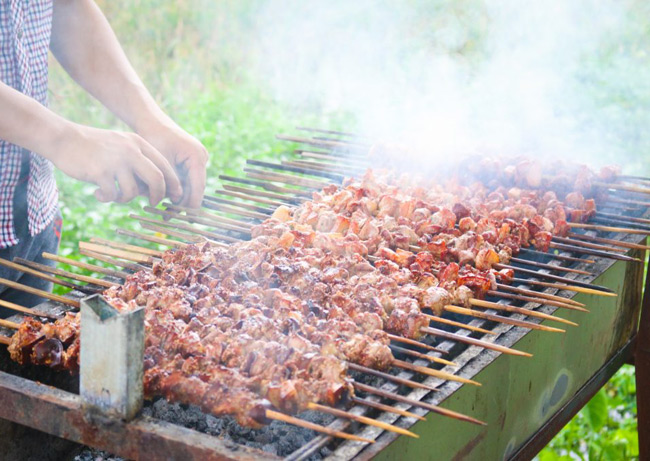 Những xiên thịt được nướng trên than củi dậy mùi thơm, ngon khó cưỡng