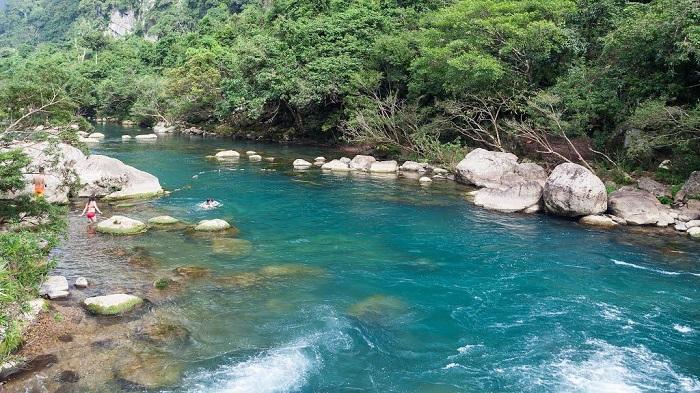 Làn nước suối Mọoc trong xanh