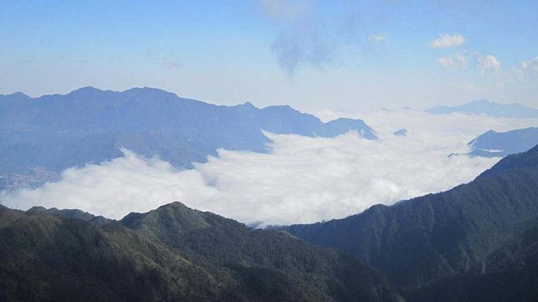 Ngắm cảnh mây núi trên đường leo núi